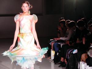 d9acdf64d4bc まだらに色がにじんだようなデザインも。ファッションショー「2019秋冬エマ理永(りえ)コレクション  エマ理永×AI(人工知能)」の様子=東京大学生産技術研究所