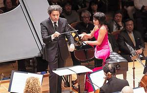 グスターボ・ドゥダメル指揮、ロサンゼルス・フィルハーモニックとピアノのユジャ・ワン=池上直哉氏撮影