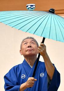 「太神楽は日本の芸能の原点なんですよ」。芸は自負が支える=東京都豊島区の池袋演芸場、伊ケ崎忍撮影