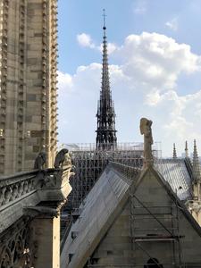 ノートルダム大聖堂で火災 96mの塔が焼け落ちる