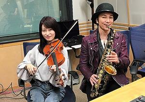 「楽器楽園」のパーソナリティー、武田真治(右)と岡部磨知
