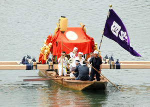 京都)松尾大社で例祭の「神幸祭」 みこしが船で川渡る