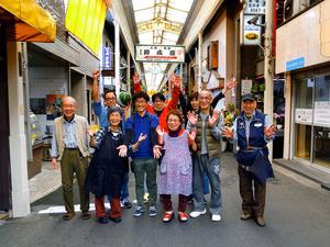 「結束力の強さは日本一」を誇る鶴見橋商店街の皆さん=4月19日午前、大阪市西成区、槌谷綾二撮影