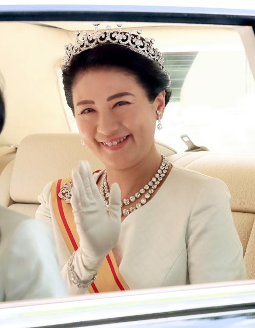 新皇后雅子さま、陛下に寄り添い笑顔 ティアラ受け継ぐ:朝日