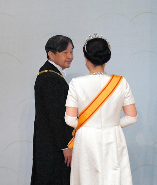 新皇后雅子さま、陛下に寄り添い笑顔 ティアラ受け継ぐ [令和]:朝日新聞デジタル