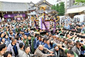 浅草三社祭が「宮出し」で最高潮 怒号飛び小競り合いも