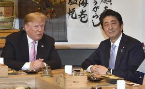 炉端焼き店での夕食会に臨むトランプ米大統領(左)と安倍晋三首相=2019年5月26日午後6時16分、東京都港区、