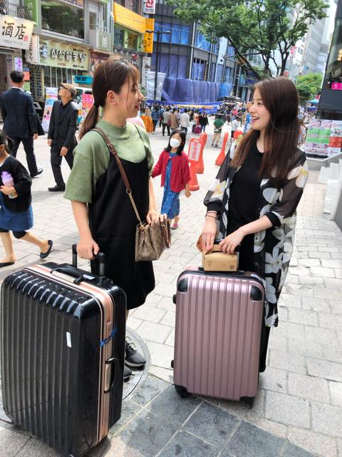 3557f428e4d8 スーツケースを手に熊本県から旅行でソウルを訪れた20代の2人組。「韓国は3回目。日韓関係の悪化は全然気になりません」と話した=1日、ソウル 明洞、武田肇撮影