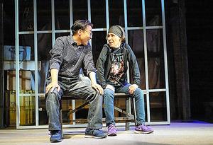 みのすけ(左)と松金よね子=相川博昭氏撮影