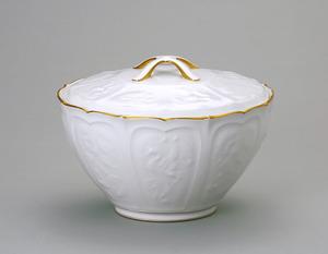 「白磁薄肉彫蓋付菓子鉢」=大倉陶園蔵