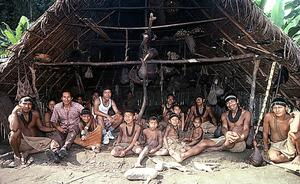 マチゲンガの人たちと。「彼らとの付き合いが一番長いし、一番影響を受けている」=1977年