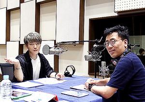 MCの古家正亨さん(右)と月1回出演するジェジュンさん