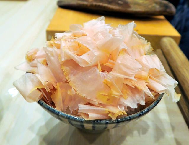 【画像】削り立てのかつおぶしがたっぷり かつおぶしご飯1400円