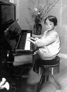 5歳のころ、島根県大社町(現・出雲市)の自宅にあったピアノの前で記念撮影=本人提供