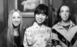 1972年、米イリノイ州に留学中、ホストファミリーの姉妹2人と和服姿で記念撮影=本人提供