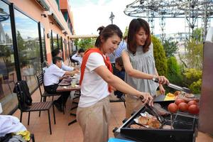 BBQ新業態が人気 屋上、セルフで低コストも食材充実
