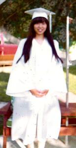 1973年、留学先の卒業式の日にホームステイしていた家で=本人提供