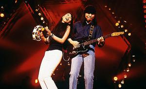 2000年7月、18年ぶりのライブで夫の山下達郎さん(右)と共演した=竹内さん提供