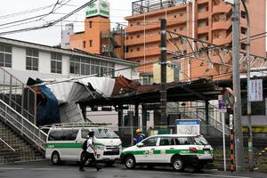 JR東千葉駅、駅舎の屋根めくれ上がる 強風の影響で
