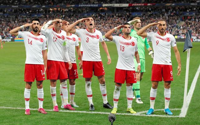 差別的やじ・軍隊式敬礼…欧州サッカー「恥さらしな夜」:朝日新聞デジタル