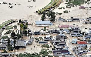 千曲川の堤防が決壊し、浸水する周辺の住宅(右)=13日、長野市、朝日新聞社ヘリから、遠藤真梨撮影