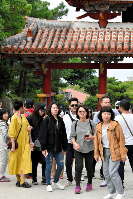 首里城「せめて守礼門を\u2026」落胆の観光客 コース変更も , 沖縄