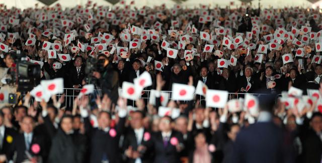 天皇陛下万歳」連呼 「戦前っぽくて怖かった」の声も:朝日新聞デジタル