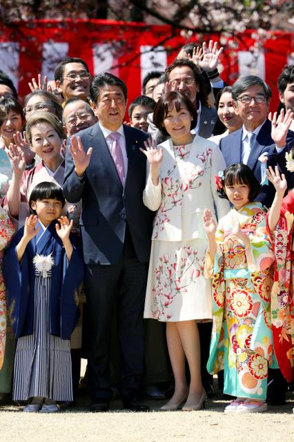 【安倍首相】桜を見る会中止、鈴木宗男氏には「お騒がせして申し訳ない」 ※記者団の問いには答えず ->画像>6枚