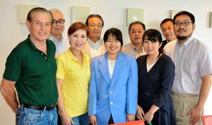 蓮本あやめさん(前列中央)に同伴して帰国した(同左から)ジョニー穐山さんと妻真美子さん。蓮本さんの両親や本渡RCメンバーが迎えた=2019年8月25日、熊本県天草市、