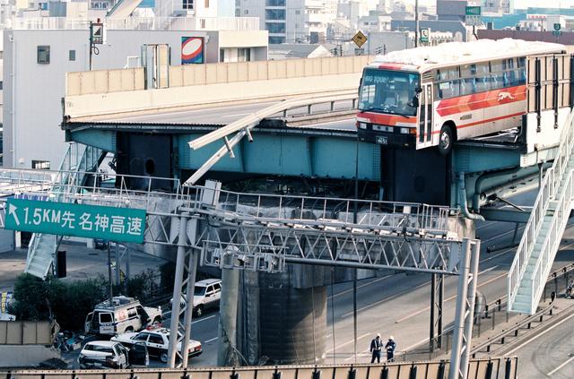 落下寸前「奇跡のバス」運転手と乗客、分かち合う死生観 [阪神・淡路 ...