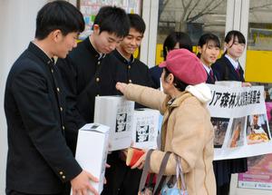 募金箱を手に協力を呼びかける高校生ら=熊本県天草市