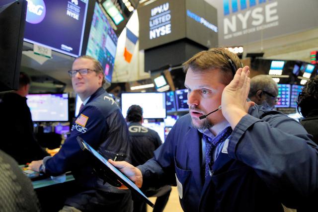 写真・図版 ニューヨーク証券取引所のトレーダー=ロイター