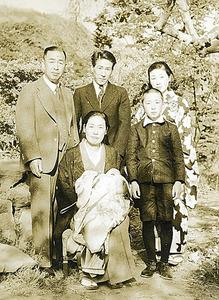 8歳の伊東さん(右手前)。両親、上の姉夫妻と、おいのお宮参りの際に=伊東さん提供