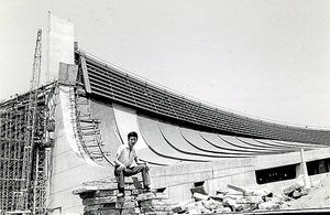 1964年夏、大学4年生のとき。五輪に向けて丹下健三設計の国立代々木競技場がたち上がりつつあった=伊東さん提供