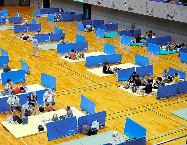 熊本県人吉市内の避難所。新型コロナウイルス対策で間隔をとった=7月4日、遠藤啓生撮影