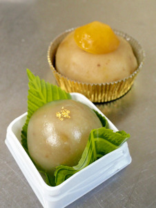 特産の栗を使い、子どもたちが考えた和菓子。「栗の水まんじゅう」(手前)と「くりおはぎ」=茨城県笠間市笠間
