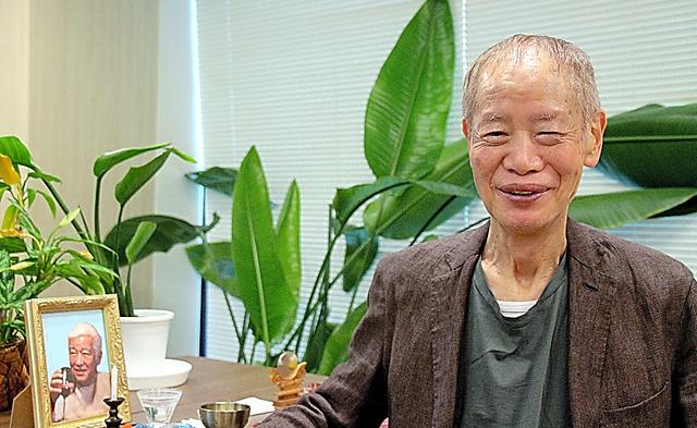 社長室には、角川書店に入社した頃から盟友だった翻訳家の武富義夫さんの遺影が飾ってある