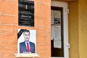 28日、ルーマニア南部のデベセルの町役場の壁に貼られたアリマーン町長の写真=ロイター