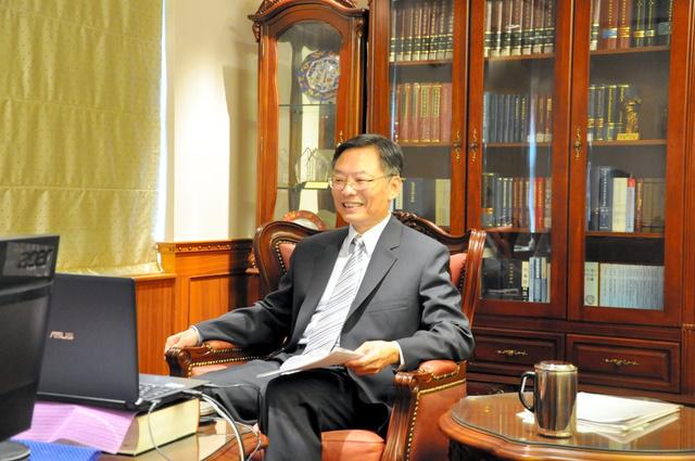 朝日新聞記者のオンラインインタビューに応じる江恵民・台湾検事総長(台湾最高検提供)