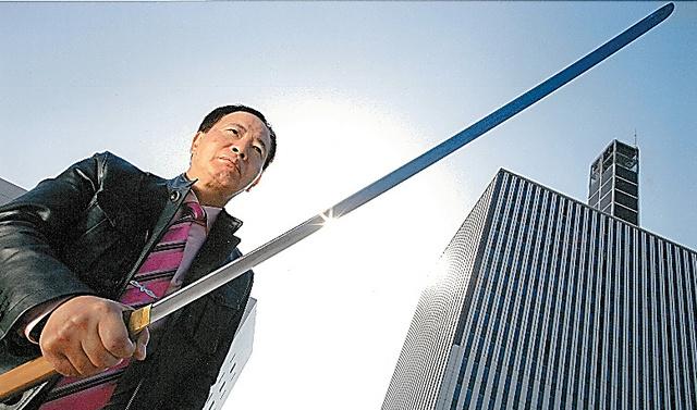 日本刀を手にしてポートレートの撮影に臨む=2004年。篠山紀信氏撮影