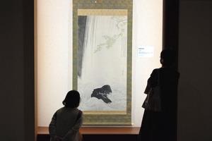 背丈以上の掛け軸に見入る人たち=2020年9月30日、東京・六本木のサントリー美術館