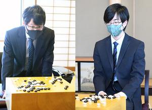 対局再開時の井山裕太挑戦者(写真左)と芝野虎丸名人(同右)=迫和義撮影