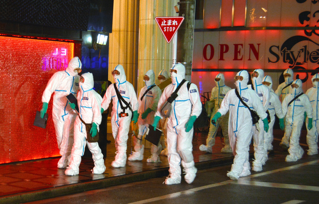 新宿・歌舞伎町のホストクラブに勤める男が関与した詐欺未遂事件の家宅捜索では、警視庁の捜査員は新型コロナウイルス対策として防護服を着ていた=2020年9月24日午後6時47分、東京都新宿区歌舞伎町2丁目、田中紳顕撮影