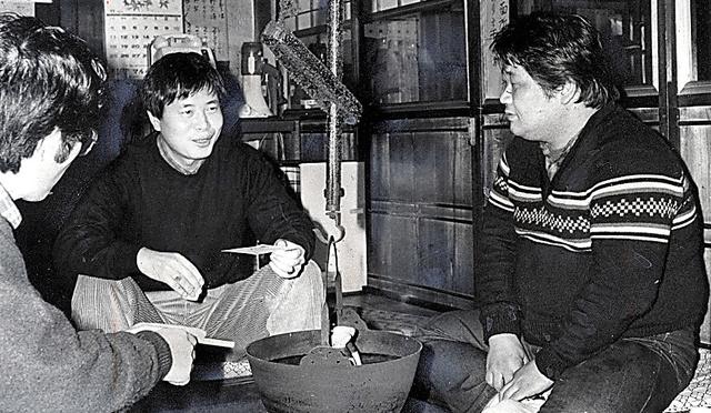 いろりを囲んで作家の中上健次(右)と語り合う=1987年
