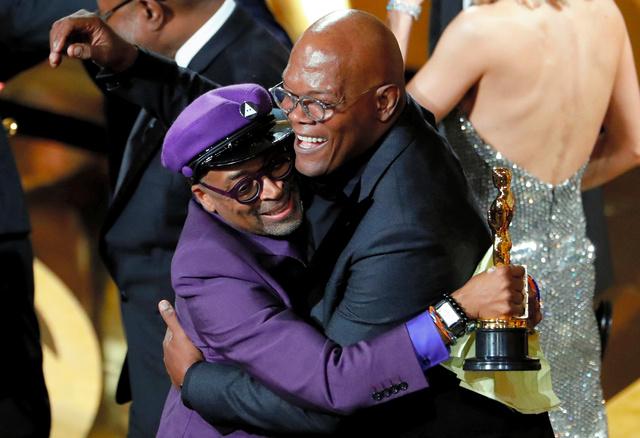 2019年2月のアカデミー賞授賞式で抱き合う映画監督のスパイク・リーさん(左)と俳優のサミュエル・L・ジャクソンさん=ロイター。米国映画芸術科学アカデミーは作品賞の選考対象となるためには俳優や制作者らに女性やマイノリティーが一定割合いることが必要という新条件を発表した