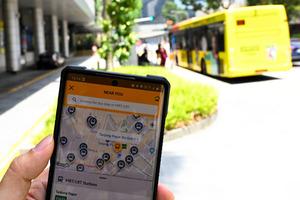 シンガポール政府が開発した、バスや地下鉄の運行情報や道路情報などを表示するアプリ。現在地や行き先を入力すると、乗るべきバスや時間、混雑具合などが示される=シンガポール、西村宏治撮影