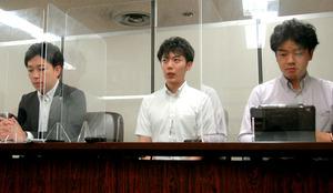 高裁判決後、会見にのぞむ原告の末広大知さん(中央)と代理人弁護士ら=2020年9月、東京・霞が関