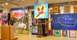 廃材を利用した絵画やオブジェが並ぶ会場=大阪市西区