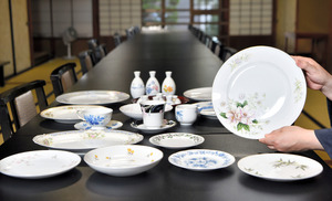 今回の企画で使われる洋食器=2020年10月14日、岐阜県多治見市本町5丁目の「松正」、戸村登撮影