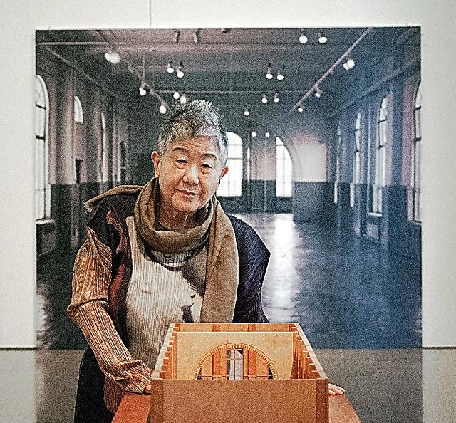 佐賀町エキジビット・スペース(後ろの写真)は文化の領域を自由に越境する実験精神にあふれた場所だった=群馬県高崎市の県立近代美術館